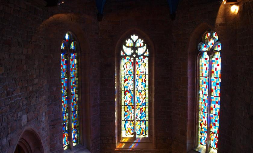 Lorient, intérieur avec vitraux de l'église de la chapelle Saint-Christophe dans le quartier de la ville en bois.