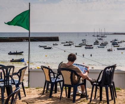 En terrasse face à la plage de Locmaria à Groix