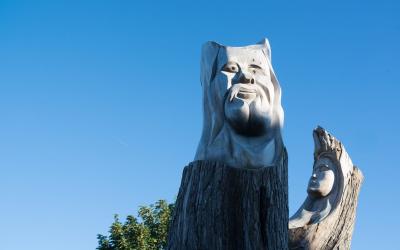 ©Totem sculpté dans le bois à larmor-plage