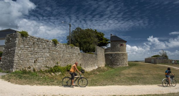 Couple à vélo sur le chemin des remparts de Port-Louis