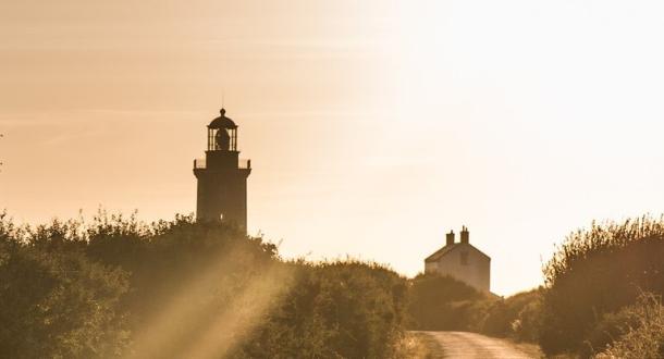Coucher de soleil sur la route du phare de Pen Men à Groix.